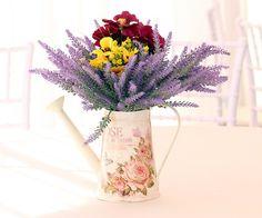 decoração com flores em um regador