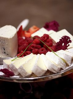 Raspberries (a secret aphrodisiac) and cheese -- brilliant and healthy! ஜ ℓv ஜ ᘡղlvbᘡ༺✿ ☾♡ ♥ ♫ La-la-la Bonne vie ♪ ❥ Fingerfood Party, Appetizers For Party, Appetizer Recipes, Fromage Cheese, Cheese Fruit, Blue Cheese, Cheddar Cheese, Fruit Recipes, Wine Recipes
