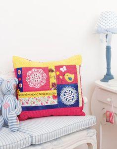 Almofada moderna de patchwork. Arte que renova