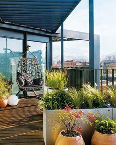 Balkon und Terrasse romantisch möblieren-Hängesessel-geflochten-Terracotte Pflanzenkübel