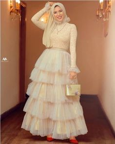 Offwhite Layered evening soiree dress for hijab girls If you have engagement or want to attend wedding take inspirations from this look . it is Offwhite Layered evening soiree dress for hijab girls Muslim Prom Dress, Hijab Prom Dress, Hijab Evening Dress, Hijab Wedding Dresses, Prom Party Dresses, Bridesmaid Dress, Black And White Evening Dresses, Hijabi Gowns, Mode Abaya