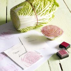 Etiketten selbst gestalten aus Büttenpapier und Chinakohl als Stempel