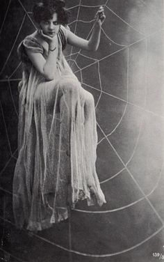 vintage antique image of woman sitting in spider web spiderweb spiders retro spooky scary girl Halloween Images Vintage, Vintage Pictures, Vintage Photographs, Vintage Dior, Vintage Beauty, Vintage Vogue, Vintage Woman, Vintage Glamour, Vintage Hollywood