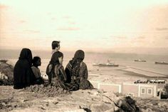 مدينة حيفا 1938م عائلة فلسطينية من قرية الطيرة تجلس على كتف الكرمل The City of Haifa 1938 m Palestinian families from the village