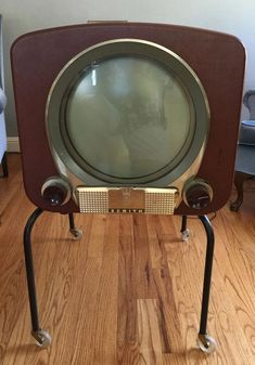 Examples of early TVs, from Tv Vintage, Vintage Design, Vintage Antiques, Radio Antique, Décor Antique, Radios, Tvs, Vintage Television, Television Set