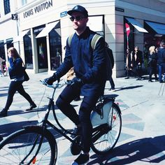 In biking we trust! #fashion #caphat #cap #sunglasses #rayban #clubmaster #minimalcoat #withzip #darkblueoutfit #sneakers #backpack #lifestyle #biking #copenhagen #TSSgoestocopenhagen #streetstyle #copenhagenstreetstyle #tallinnstreetstyle #TSS
