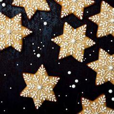 Vips! Dermed var pepperkakestjernene blitt til snøkrystaller! ❄️ Siden vi mangler snø ute: La det snø pepperkaker inne! ❄️ #matbloggsentralen #pepperkaker #gingerbread #pepperkake #julebakst #jul #bake #godtno @godtno #bbcgoodfood @bbcgoodfood @sweetpaulmagazine #sweetpaulholiday #levlandlig #vakrehjemoginterior #interiørmagasinet #advent #førjulstid #feedfeed @thefeedfeed Edible Christmas Gifts, Christmas Baking, Winter Christmas, Christmas Cookies, Cookie Gifts, New Years Eve, Gingerbread Cookies, Winter Wonderland, 4th Of July