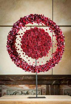 Réalisation florale avec roses et pétales de roses. Art floral