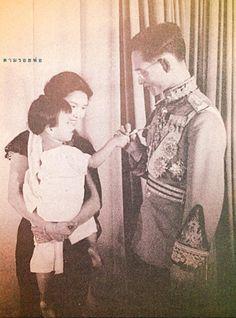 Happiness moment:) {King Bhumibol Adulyadej of Thailand} King Phumipol, King Rama 9, King Of Kings, King Queen, Thailand Monarchy, King Thai, Queen Sirikit, Bhumibol Adulyadej, Love Dad