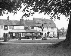 Places -- D / Public Houses  Drayton Red Lion Public House   Dated -- 31 May 1955  Photograph -- p9058