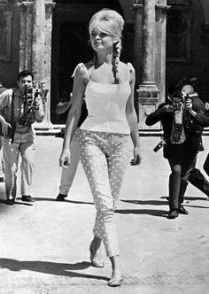 Brigitte Bardot - a loira também conhecida por suas siglas BB, popularizou o bíquini.