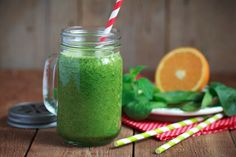 Green smoothies provide many health benefits for people, regardless of their age, gender, or fitness levels. Green smoothies combine various ingredients that provide an array of nutrients for the b… Healthy Cat Treats, Healthy Snacks, Healthy Eating, Caldo Detox, Smoothie Mixer, Healthy Breakfast Recipes, Healthy Recipes, Dietas Detox, Bebidas Detox