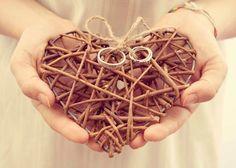 Coussin d'alliances terre : Cœur en brindilles & cordelette