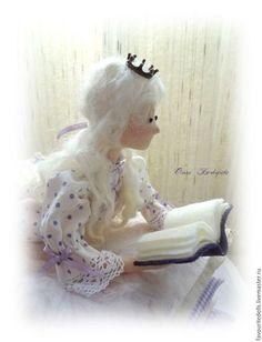 Купить или заказать Принцесса на горошине. в интернет-магазине на Ярмарке Мастеров. 'Один принц желал взять в жены только настоящую принцессу. В бурю к ним постучалась девушка, вся мокрая и жалкая, но утверждающая, что она — настоящая принцесса! В ходе проверки королева уложила ее на 20 тюфяков + 20 перин, под которые положила горошину. Утром гостья пожаловалась на плохой сон, ибо всю ночь ей что-то очень мешало и наставило синяков по всему телу.
