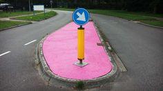 SIE SEHEN RICHTIG! Hier sind die Verkehrsinseln ROSA Beamter hat für den niederländischen Ort Wijchen die falsche Farbe bestellt