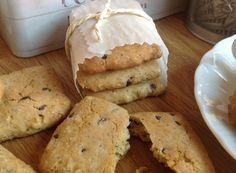 Questi biscotti sono preparati con olio d'oliva extravergine EVO e farine naturalmente  senza glutine. Sono aromatizzati con spremuta fresca d'arancia e buccia di limone; rispondono all'esigenza di una colazione  naturale, con prodotti da forno preparati con oli  e farine di buona qualità e zuccheri non raffinati. Sono frollini leggeri, croccanti, di facile preparazione e si possono conservare in dispensa per almeno una settimana. Sono adatti anche a chi è intollerante al glutine e al…