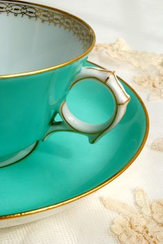 love the color of this tea cup!