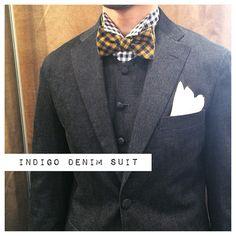 デニムスーツにVゾーンの詰まった丸首ベストのスタイル。 ギンガムチェックのシャツにギンガムチェックの蝶ネクタイでコーディネート。 #デニムスーツ#denimsuit