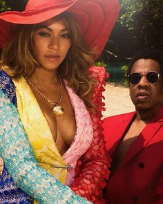 Love the glasses & red suit - it's like a modern Shabba Ranks. Jay-Z & Beyonce. Beyonce Knowles Carter, Beyonce And Jay Z, Ariana Grande, King B, Blue Ivy Carter, Carter Family, Beyonce Style, Elisabeth Ii, Models