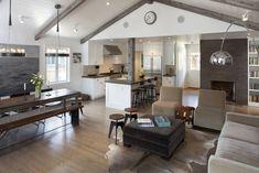 Если убрать внутренние перегородки, объединив кухню, столовую и гостиную, это визуально раздвинет внутреннее пространство небольшого по размерам дома