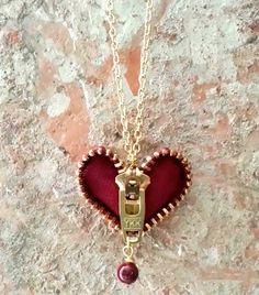Ähnliche Titel wie Zipper Heart Necklace on Etsy - Diy Jewelry Unique Fabric Jewelry, Wire Jewelry, Jewelry Crafts, Jewelry Art, Beaded Jewelry, Jewelery, Jewelry Accessories, Jewelry Design, Diy Zipper Jewelry