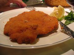 La cotoletta alla milanese è, insieme al risotto alla milanese e al panettone, il piatto più tipico e conosciuto di Milano.  La cotoletta consiste, tradizionalmente, in una fetta di lombata di vitello con l'osso (una costoletta), impanata e fritta nel burro, il quale alla fine viene anche versato sulla cotoletta.