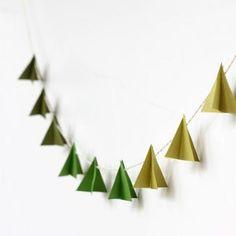 <p>Pour simplifier la technique de pliage de l'origami et la rendre plus accessible à vos kids, on a trouvé la solution : une guirlande de sapins en papier, repérée...