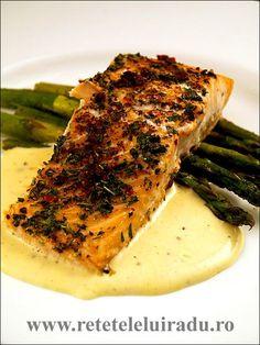 Sosul mousseline este un derivat din sosul olandez, considerat de bucataria clasica franceza a fi unul dintre cele cinci sosuri-mama. Este un sos delicat, fin si rafinat, folosit in special alaturi de peste, fructe de mare, legume si pui. Good Food, Yummy Food, Tasty, Vol Au Vent, Romanian Food, Fruit Drinks, Fish Recipes, Seafood, Pork