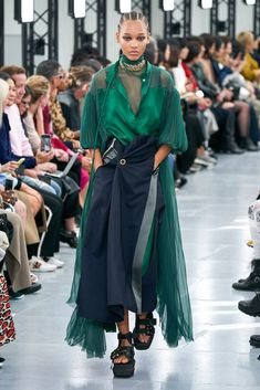 Sacai Spring 2020 Ready-to-Wear Fashion Show - Sacai Spring 2020 Ready-to-Wear Collection – Vogue - Fashion Week Paris, Japan Fashion, India Fashion, Fashion Over 40, Spring Fashion, High Fashion, Germany Fashion, Seoul Fashion, Fashion Weeks