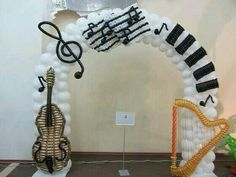 Now I need this one around my classroom door! I can imagine the kids coming in to music and standing for an adorable picture like a fun photo booth! Thanks You post the most fun pics for musical 🎶 peeps! Music Theme Birthday, Music Themed Parties, Music Party, Balloon Columns, Balloon Arch, Festa Rock Roll, Music Baby Showers, Ballon Arrangement, Sock Hop Party