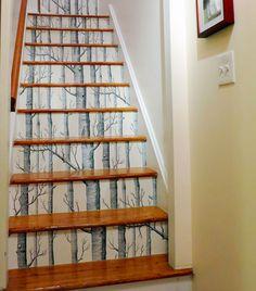 Tolle Wohnidee für Treppenstufen im Haus: Einfach mit selbstklebender Tapete bekleben und der Wald kommt zu dir nach Hause | Design von willowlanetextiles auf Spoonflower.com