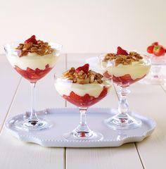 Mandeldessert mit Erdbeeren Ein sahniges Dessert mit Erdbeeren und Mandeln