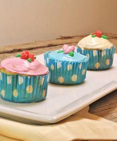Prepara estos sencillos y esponjosos cupcakes de tres leches. Son muy fáciles de hacer y lo mejor es que los puedes hacer en la licuadora. El betún sólo lleva dos ingredientes y queda con una consistencia cremosa que va perfecto con el dulce sabor de los cupcakes. La decoración es muy sencilla con fondant, les da una apariencia muy linda y profesional. Puedes hacerlos para una comida especial, un regalo para una persona especial o simplemente para compartir con la familia.