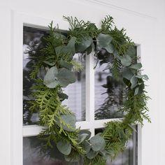 Pelkistetyn ovikranssin materiaaleina käytetään eukalyptusta ja pihatuijan oksia.