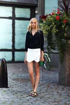 What Wear - 7 Black And White Summer Looks Fashion Week, Daily Fashion, Womens Fashion, Fashion Trends, Rock Style, My Style, Black And White Outfit, Black White, Black Silk