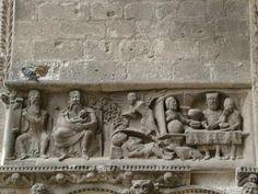 Parábola del rico Epulón y el pobre Lázaro. Moissac. Epulón está comiendo en una mesa repleta de manjares y Lázaro echado a los pies esperando la limosna moissac
