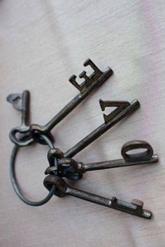 gives me an idea to combine old keys on one key ring and hang on wall? Door Knockers, Door Knobs, Door Handles, Under Lock And Key, Key Lock, Antique Keys, Vintage Keys, Old Keys, Key To Happiness