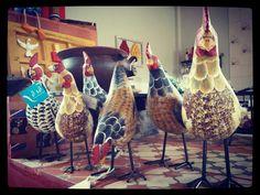 Galinhas reunidas na cozinha.  #artesanal #artesanato #foradesérie #artesanatomineiro