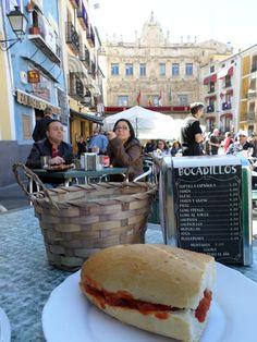 #terraza #soleada #impresionantes #vistas en el centro de #PlazaMayor @Turismo_Cuenca @CatedralCu #disfrutando #tapas #patatasbravas #pisto #quesomanchego #lomo