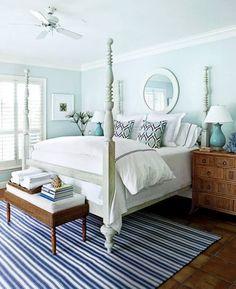 Camera da letto in stile costiero - Elegante camera da letto stile marina con tappeto a righe.
