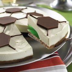 Eine+cremige+Torte+ohne+Backen+mit+Frischkäse+und+Wackelpudding+zum+Fußball