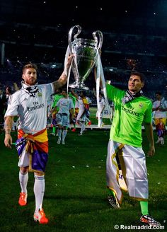 Sergio Ramos and Iker Casillas with la Decima Ramos Real Madrid, Real Madrid Club, Madrid Football Club, Real Madrid Wallpapers, Real Soccer, Milan, Hazard Chelsea, Kroos, Gareth Bale