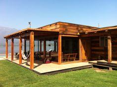 Proyecto Aculeo. Quincho estructurado con Roble y ventanales revestido con durmientes. Al exterior con deck de madera nativa. Arquitecto: Maria Jose Bisbal