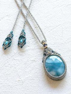 ひときわ濃厚なラリマーブルーを湛えた上質なラリマーをメインに、宝石質アイオライトやK18ビーズなどを合わせて編み上げたマクラメ編みペンダントです。こちらに使用したラリマーは稀に見るほどの深いブルーが特徴ですが、しっとり艶やかな透明感も持ち合わせており、優しい