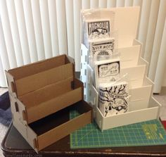 DIY Comic Rack                                                                                                                                                                                 Más Craft Show Booths, Craft Booth Displays, Craft Show Ideas, Display Ideas, Booth Ideas, Magazine Display, Magazine Rack, Market Displays, Diy Book Stand