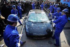 Çin 'li bir milyarder şirketin servisine kızdı ve şirketi protesto etmek amacıyla para karşılığında tuttuğu işçilere Lamborghini 'sini parçalattırdı.Yarım milyon dolar değerindeki araba şehir ortasında yüzlerce kişinin şaşkın bakışları eşliğinde dakikalar içinde kullanılamaz hale geldi.