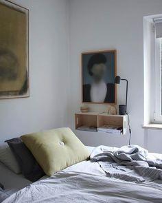 Ich freue mich heute   SoLebIch.de  Foto: Labelfrei   #solebich #schlafzimmer #einrichten #ideen #wandfarbe #lichterkette #bett #skandinavisch #wandgestaltung #dekoration #Schrank #kleines #holz #Beleuchtung #decken #kissen #farben #gestalten #kissen #dot #grün #gemälde #Wandgestaltung