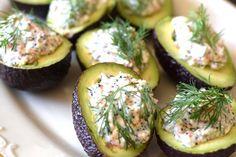 vegetarisk och vegansk påskmat, avokadohalvor med vegansk skagenröra