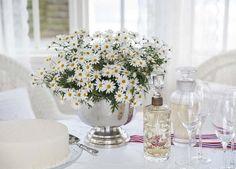 Hipp Hipp Hurra for mai! Vi gir deg tips til hvordan du kan pynte med blomster ute til den store nasjonaldagen. Tablescapes, Party Planning, Norway, 4th Of July, Party Time, Table Decorations, Holiday, Weddings, Interior