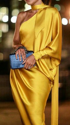 Luxury Vintage Madrid offers you the best selection of contemporary and vintage clothes from around the world discover our luxury brands Express delivery! Classy Dress, Classy Outfits, Chic Outfits, Dress Outfits, Fashion Dresses, Looks Chic, Looks Style, Look Fashion, High Fashion